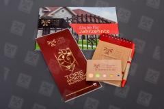 Werbematerialien-wie-ein-Flyer-ein-Katalog-ein-Notizbuch-und-Haftnotizen