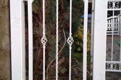 Zäune-aus-Metall-in-weiß-mit-Metallpfosten