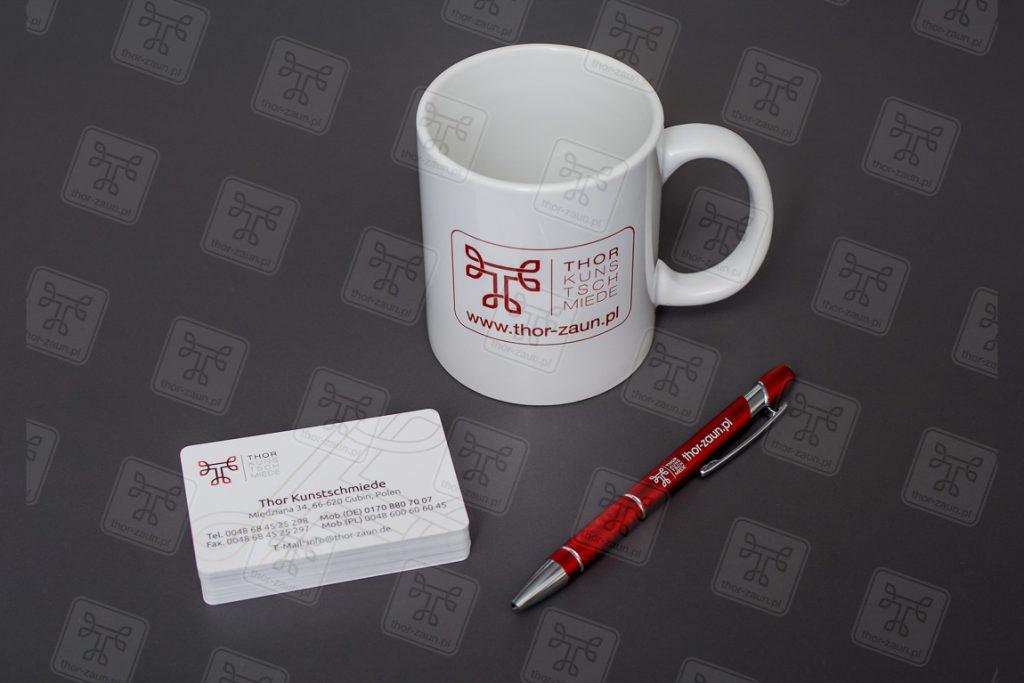 Werbematerialien wie eine Tasse ein Stift und Visitenkarte von thor kunstschmiede